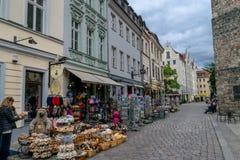 Rua de Berlim e de uma loja com toneladas de ursos de peluche imagem de stock