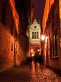 Rua de Blinde-Ezelstraat em Bruges na noite Foto de Stock Royalty Free