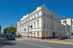 Rua de Bolshaya Nikitskaya em Moscou imagens de stock