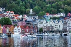 Rua de Bryggen com os barcos em Bergen, local do patrimônio mundial do UNESCO, Noruega imagem de stock royalty free