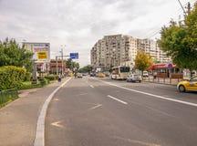 Rua de Bucareste na manhã, na vizinhança do silêncio e no tráfego Foto de Stock Royalty Free