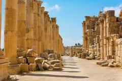 A rua de Cardo Maximus em Jerash arruina Jordânia Fotos de Stock Royalty Free