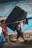 Rua de Carry Heavy Sofa Crossing Thamel do homem do Nepali Imagem de Stock Royalty Free