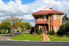 Rua de casas residenciais Imagens de Stock Royalty Free