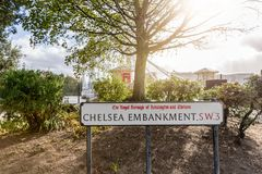 A rua de Chelsea Embankment assina dentro Londres, Reino Unido foto de stock royalty free