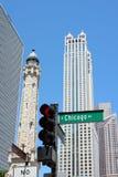 Rua de Chicago e a torre de água Foto de Stock Royalty Free