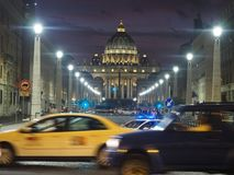 A rua de Cidade Estado do Vaticano vie, surpreendendo céus e cena da rua fotografia de stock
