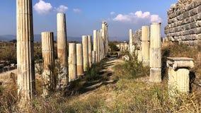 Rua de comércio antiga com fileiras da coluna na magnésia, Turquia video estoque