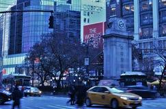 Rua de cruzamento dos povos ocupados das horas de ponta da noite de Manhattan New York City do Midtown foto de stock royalty free