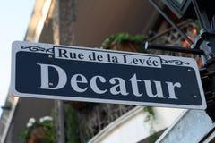 A rua de Decatur assina dentro Nova Orleães Imagem de Stock
