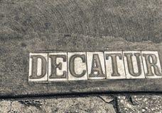 A rua de Decatur assina dentro Nova Orleães Imagens de Stock