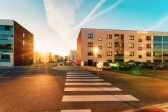 Rua de estacionamento complexa do por do sol da rua da construção residencial da casa da casa de apartamento fotografia de stock