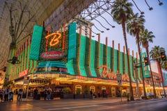 Rua de Fremont com muitos luzes de néon e turistas em Las Vegas foto de stock royalty free