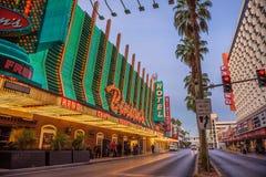 Rua de Fremont com muitos luzes de néon e turistas em Las Vegas fotografia de stock royalty free