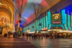 Rua de Fremont com muitos luzes de néon e turistas em Las Vegas imagem de stock