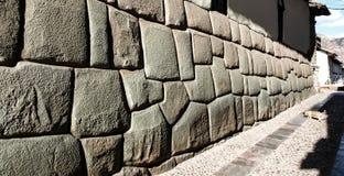 A rua de Hatun Rumiyoc com doze Incan dobra a pedra em Cusco, Peru fotografia de stock royalty free