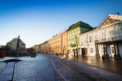 Rua de Hlavna na luz do sol, Kosice, Eslováquia Imagens de Stock Royalty Free