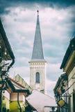 Rua de Hrnciarska com a igreja calvinista em Kosice, filtro análogo fotografia de stock
