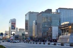 Rua de Jongno, no distrito Jongno-gu de Jongno, em Seoul central, Coreia do Sul fotos de stock royalty free