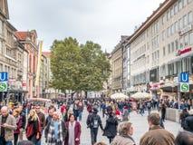 Rua de Kaufinger em Munich, Alemanha Imagem de Stock Royalty Free