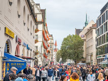 Rua de Kaufinger em Munich, Alemanha Fotografia de Stock Royalty Free