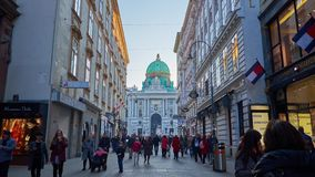 Rua de Kohlmarkt com uma vista no palácio de Hofburg, Viena, Áustria vídeos de arquivo