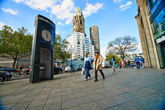Rua de Kurfuersterdamm e Kaiser Wilhelm Memorial Church fotos de stock royalty free
