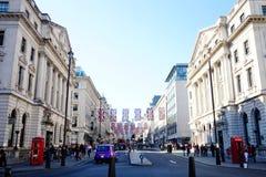 Rua de Londres com as bandeiras BRITÂNICAS que comemoram o casamento real foto de stock