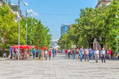 Rua de Madre Teresa em Pristina foto de stock royalty free