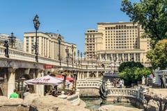 Rua de Manezhnaya Manege no centro da cidade perto do Kremlin Arquitetura da cidade de Moscou Vista no ` da construção do hotel ` Fotos de Stock