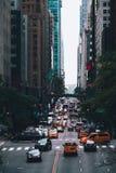 Rua de Manhattan em New York Cena da rua da cidade com tráfego foto de stock