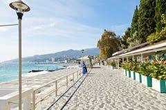 Rua de Massandra ao longo da praia urbana, Yalta, Crimeia Foto de Stock