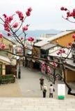 Rua de Matsubara-dori em Kyoto na manhã A maioria de lojas são fechadas ainda fotografia de stock