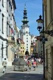 Rua de Michalska e de ` s de Michael porta em Bratislava - Eslováquia fotos de stock royalty free