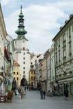 Rua de MIchalska em Bratislava, Eslováquia foto de stock