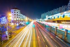 Rua de Minsk iluminada brilhantemente com luzes da cidade e do carro, exposi??o longa imagem de stock
