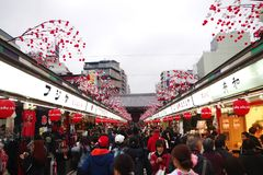 Rua de Nakamise Dori no templo do ji de Sensou Imagem de Stock Royalty Free