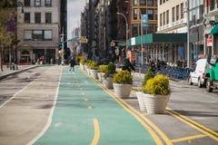 Rua de New York City Manhattan Union Square com as pistas de bicicleta no dia fotografia de stock royalty free