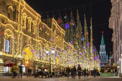 Rua de Nikolskaya no centro de Moscou na noite, Rússia imagens de stock royalty free