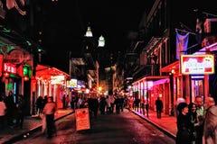 Rua de Nova Orleães Bourbon na noite Fotos de Stock Royalty Free