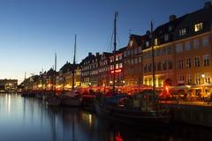 Rua de Nyhavn na noite fotos de stock royalty free