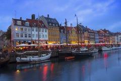 Rua de Nyhavn na noite foto de stock