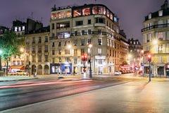 Rua de Paris na noite Fotos de Stock Royalty Free