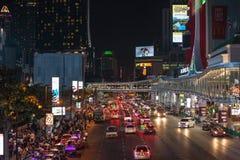 A rua de passeio é um destino do turista para os povos que querem comer na noite fotos de stock