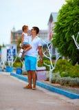Rua de passeio da cidade do pai e do filho, comprando Imagens de Stock Royalty Free