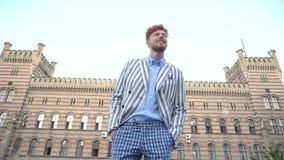 Rua de passeio de sorriso moderna Catwalking de Ginger Head Man Stylishly Dressed que levanta contaminar filme