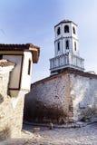 Rua de pedra bonita com a torre de sino na cidade velha de Plovdiv, Bulgária imagem de stock