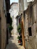 Rua de pedra estreita, Croácia Imagem de Stock