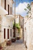 Rua de pedra vazia na vila de Halki fotografia de stock
