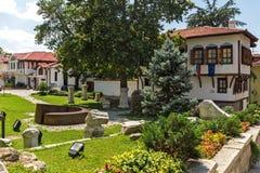 Rua de pedrinha e casas do século XIX na cidade velha da cidade de Plovdiv, Bulga foto de stock royalty free